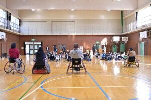 池田市立北豊島小学校を訪れたパラスポーツを伝えるキャラバン隊。ともに体を動かし考える授業が開催された 写真・山下元気