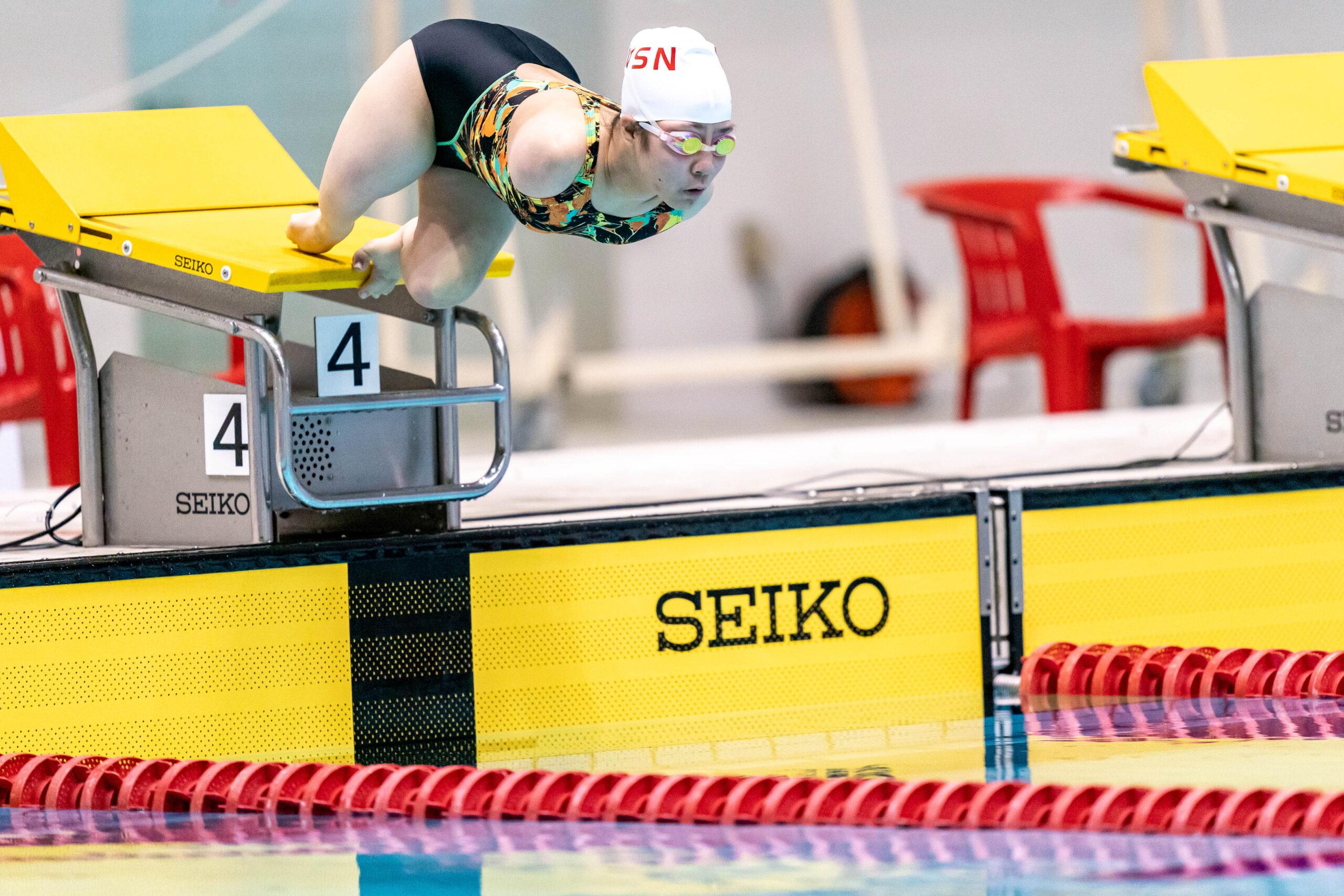 スタート台から飛び込む山田美幸