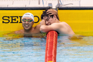 男子100mバタフライを泳ぎ終えた久保と荻原(左から) 写真・秋冨哲生