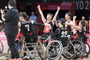 25日、初戦を勝利で飾った女子日本代表チーム。両手を掲げて喜ぶ網本麻里(クラス4.5)写真・山下元気