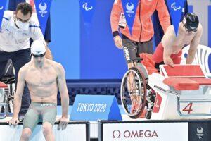 男子50m自由形、スタート前の鈴木孝幸(右)とイスラエルのダダン・アミ・オマール 写真・山下元気