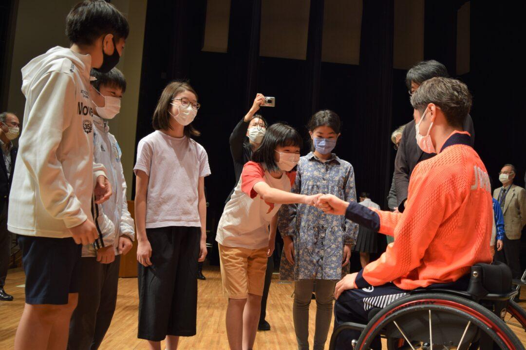 古澤の母校、横浜市立菊名小学校の6年生らと交流する古澤拓也 筆者撮影
